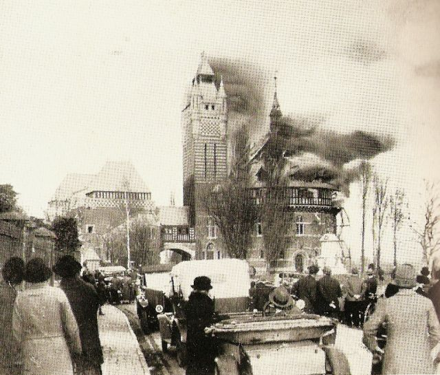 Leikhúsið brennur árið 1926.