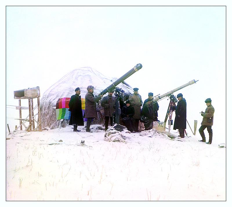 Sólmyrkvinn 14. janúar árið 1907 skoðaður í snæviþöktum Tian Shan-fjöllum þar sem í dag er ríkið Tadsjikistan í Mið-Asíu.
