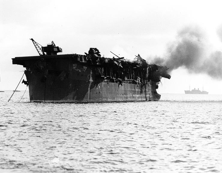 Flugmóðurskipið USS Independence brennur eftir sprengingu Able.