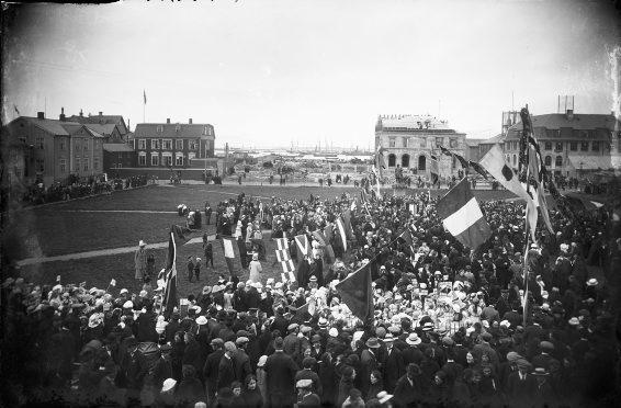 7. júlí 1915, hátíðarstemming á Austurvelli í tilefni að nýfengnum kosningarétti kvenna sem staðfestur var af konungi 19. júní sama ár.