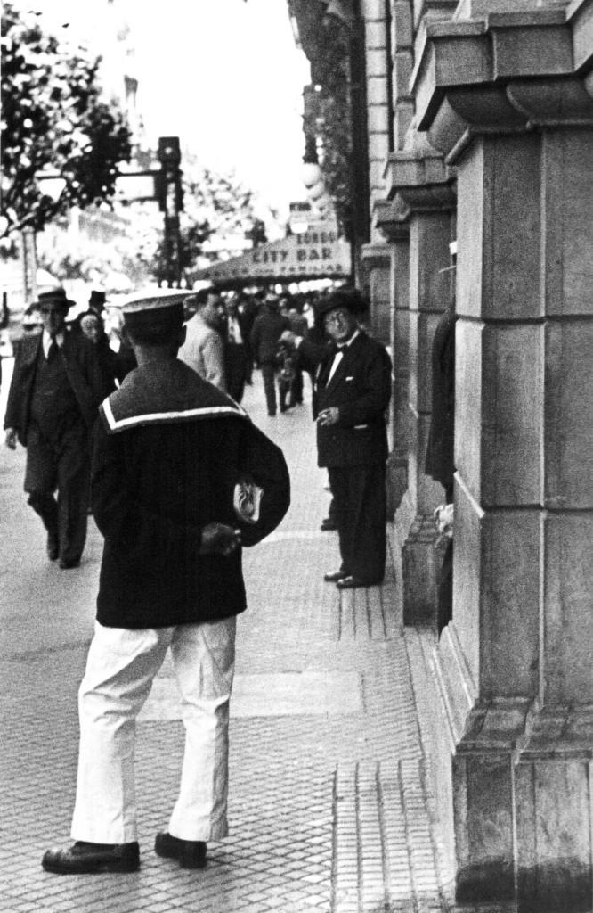Horacio_Coppola_-_Buenos_Aires_1936_-_Avenida_de_Mayo_casi_esquina_Perú