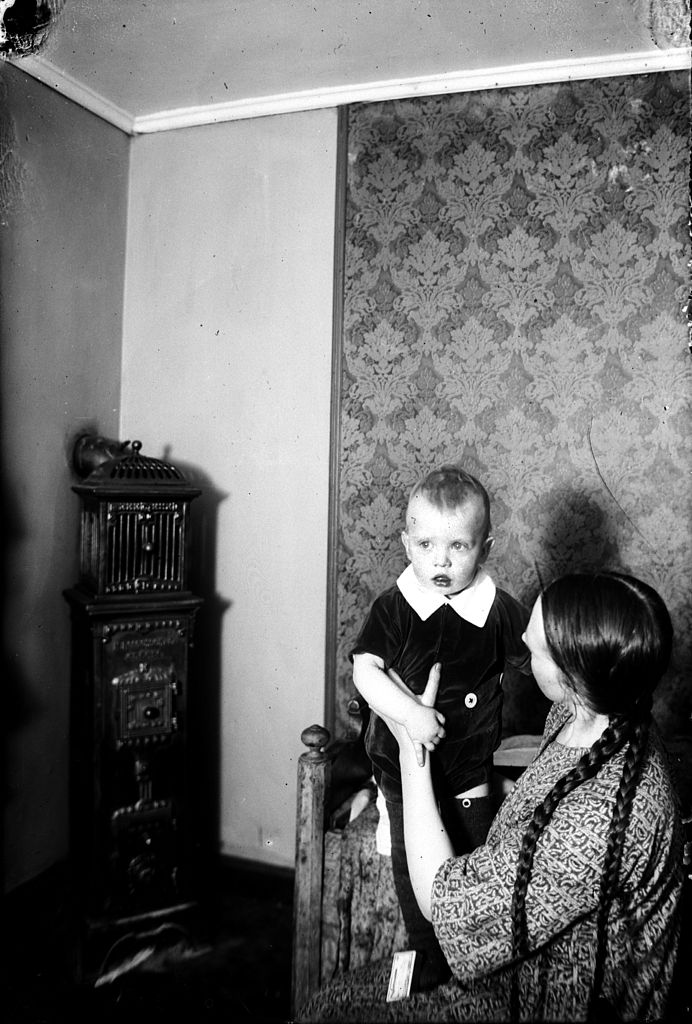 Kona með barn um 1920.