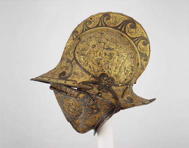 Gylltur hjálmur frá 1555 sýnir orrustur milli furðuvera og sögulegra skrímsla.