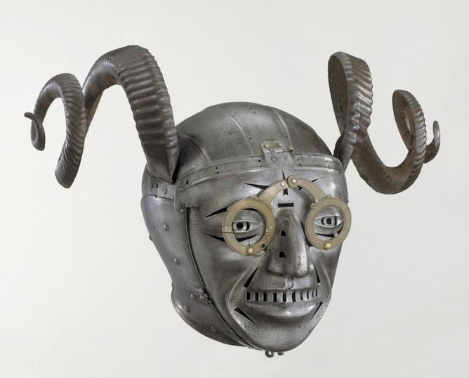 Hjálmur með horn, smíði eftir Konrad Seusenhofer frá Innsbruck, sirka 1511-1514. Hluti af brynju sem Maximilian keisari sendi Hinriki áttunda Englandskonungi.