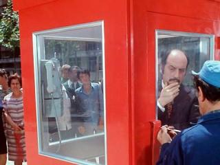 La Cabina frá 1972: Klassísk spænsk hryllingsstuttmynd um mann sem festist inni í símaklefa