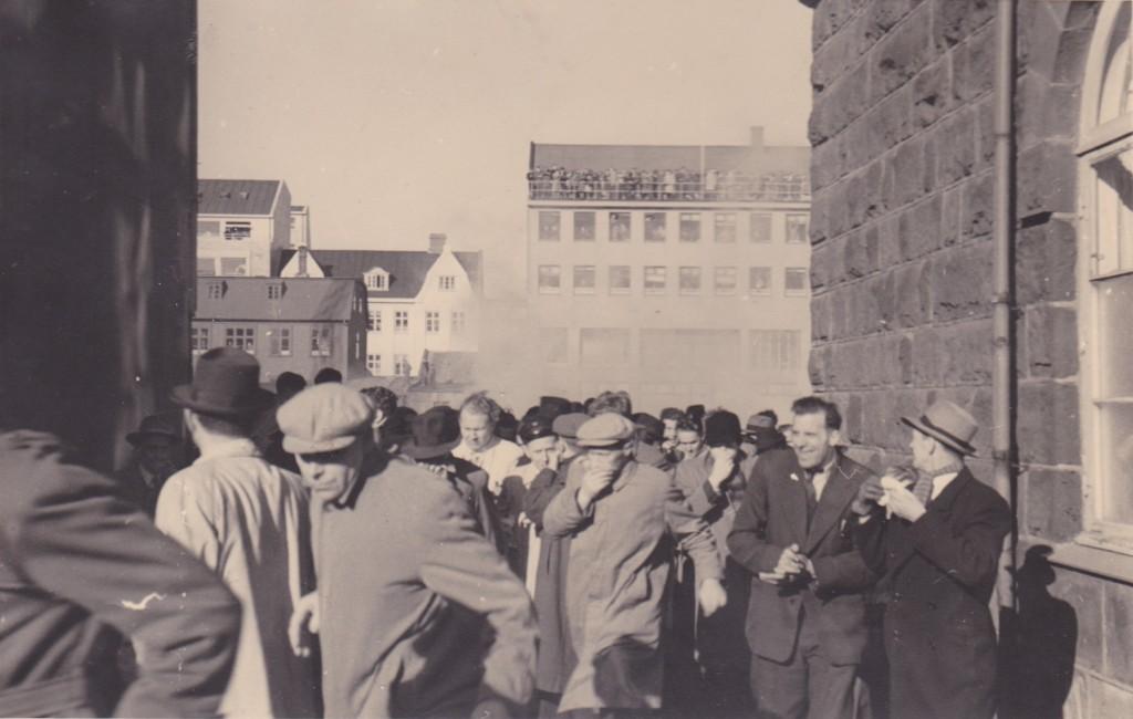 Fólk flýr undan táragasi vestan við Alþingishússið.