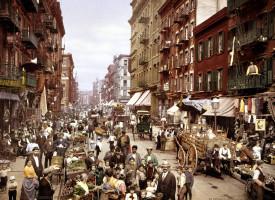 Hér sjáum við Mulberry-stræti í ítalska hverfinu í New York.  Myndin er tekin um 1900.