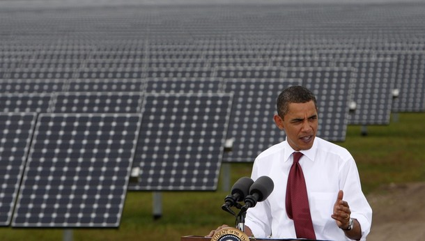 Obama heldur ræðu við sólarsellur en hann segist aðdáandi þeirra. Hann hefur ekki staðið við loforð um að koma þeim fyrir á þaki Hvíta hússins.