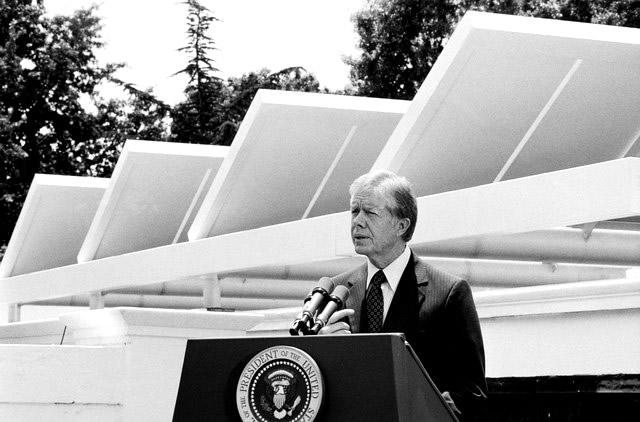 Jimmy Carter við sólarsellurnar sínar. Hann var einstaklega stoltur af þeim.
