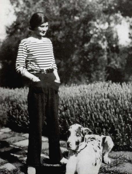 Coco Chanel slappar af í bretónapeysu. Myndin er frá 3. áratug síðustu aldar.