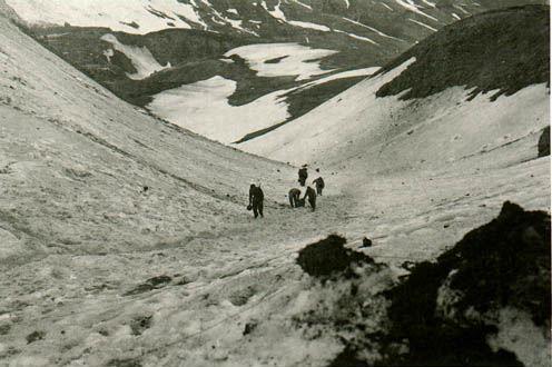 Bandarískir hermenn í fjöllunum á eyjunni Attu í maí 1943.