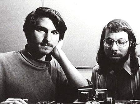 Steve Jobs og Steve Wozniak á 8. áratugnum. Þeir voru miklir Bítlaaðdáendur, sem gæti verið önnur skýring fyrir nafni Apple.
