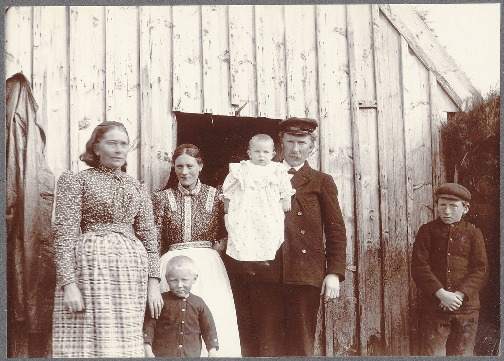 Hraungerði.-Minister-and-his-family.-Rev.-Ólafur-Sæmundsson-with-his-wife-mother.