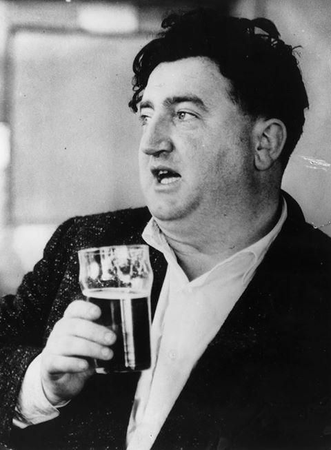 Brendan Behan (1923-1964). Með Guinness í glasinu. Að sjálfsögðu.