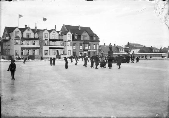 Fólk á skautum á Austurvelli veturinn 1913. Mynd eftir Magnús Ólafsson.