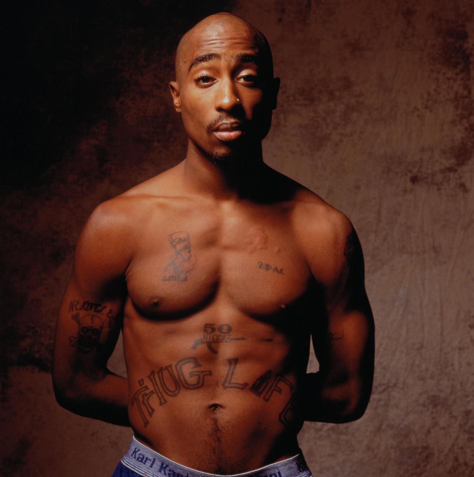 """Tupac Shakur (1971-1996) var með orðin """"Thug Life"""" húðflúruð á kviðnum."""