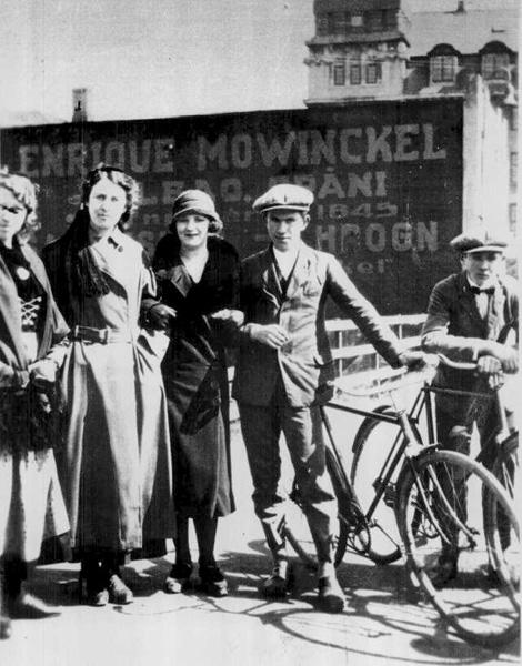 Marta, Fanna, Gunnhildur, Guðmundur og Oliver með tvö reiðhjól, 1927. Ljósmynd: Skafti Guðjónsson. (Ljósmyndasafn Reykjavíkur)