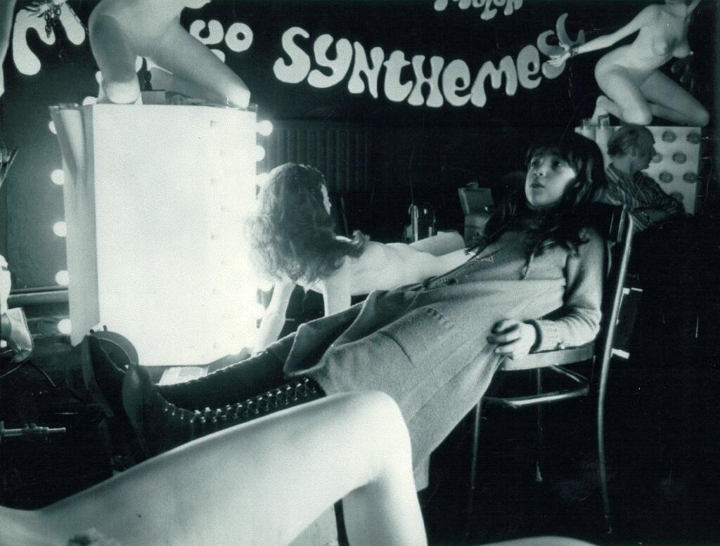 Vivian á Korova Milk Bar settinu fyrir kvikmyndina A Clockwork Orange, árið 1969. Vivian ku hafa skorið út stafina á veggnum í bakgrunni.