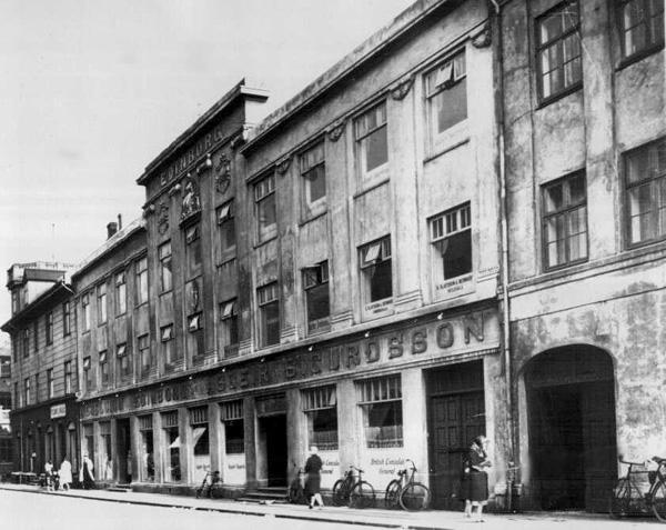 Reiðhjól fyrir utan Edinborgarverslun í Hafnarstræti um 1930. Ljósmynd: Magnús Ólafsson. (Ljósmyndasafn Reykjavíkur)