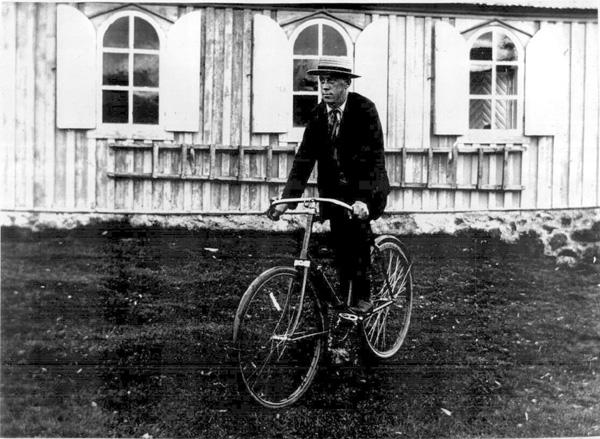Ferðamaður við Þingvallakirkju við konungskomu 1907. Ljósmynd: Vigfús Sigurgeirsson. (Þjóðminjasafnið)