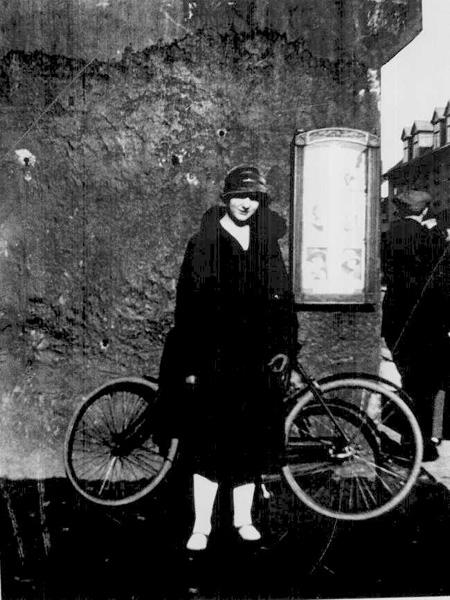 Gunnhildur. Húsveggur og hjól í bakgrunni. 1927. Ljósmynd: Skafti Guðjónsson. (Ljósmyndasafn Reykjavíkur)