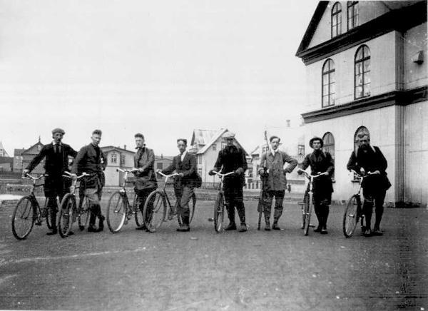 Hópur manna hefur stillt sér upp með reiðhjól sín fyrir framan Iðnó 1920-30. Ljósmynd: Magnús Ólafsson. (Ljósmyndasafn Reykjavíkur)