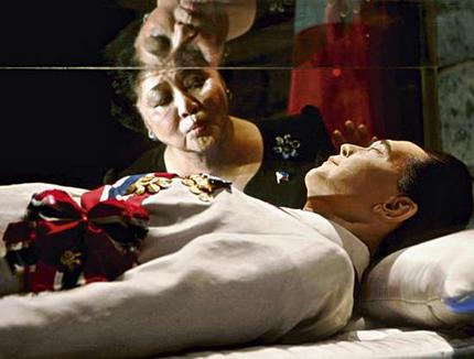 imelda-kisses-coffin-of-ferdinand-marcos