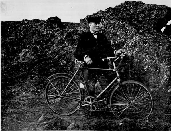Sveinn Guðmundsson, járnsmiður, með hjól sitt um 1908. Ljósmynd: Carl Ólafsson. (Þjóðminjasafnið)