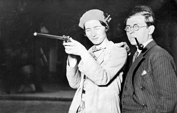 Simone de Beauvoir skýtur úr byssu