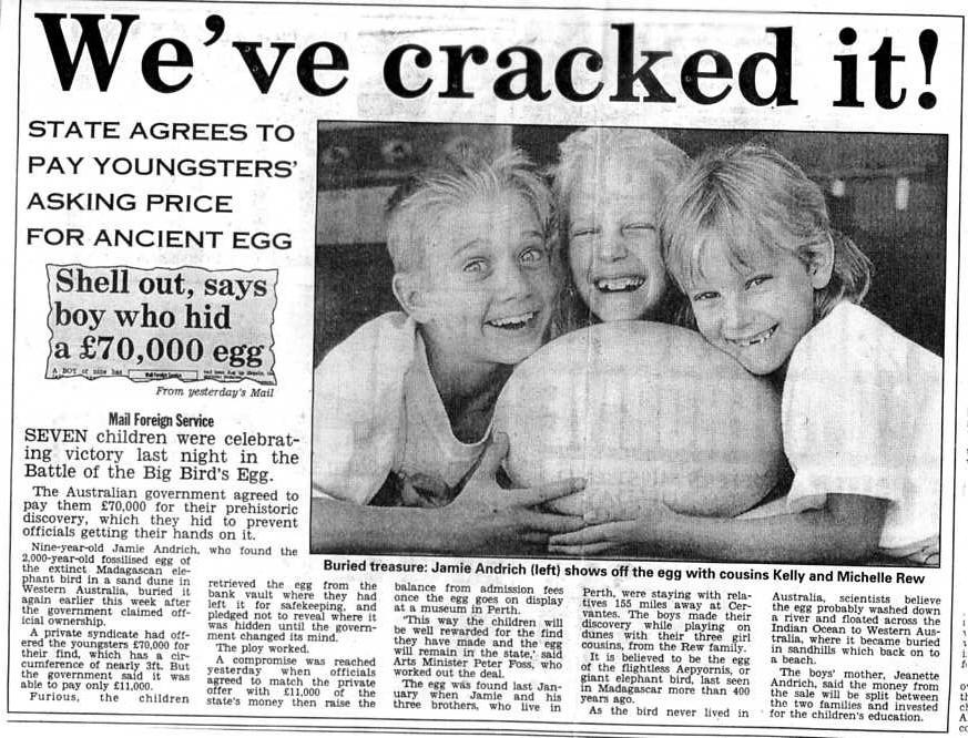 Egg fílastrútsins eru verðmæt. Árið 1993 greyddu áströlsk stjórnvöld ungum dreng 70,000 pund fyrir að finna egg fílastrúts en vísindamenn telja að það hafir borist frá Madagaskar til Ástralíu með hafstraumum.