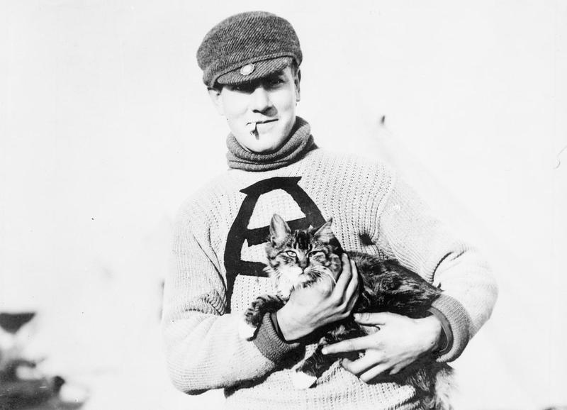Kanadískur hermaður með bröndóttum félaga sínum í Suður-Englandi árið 1914. (Imperial War Museum).