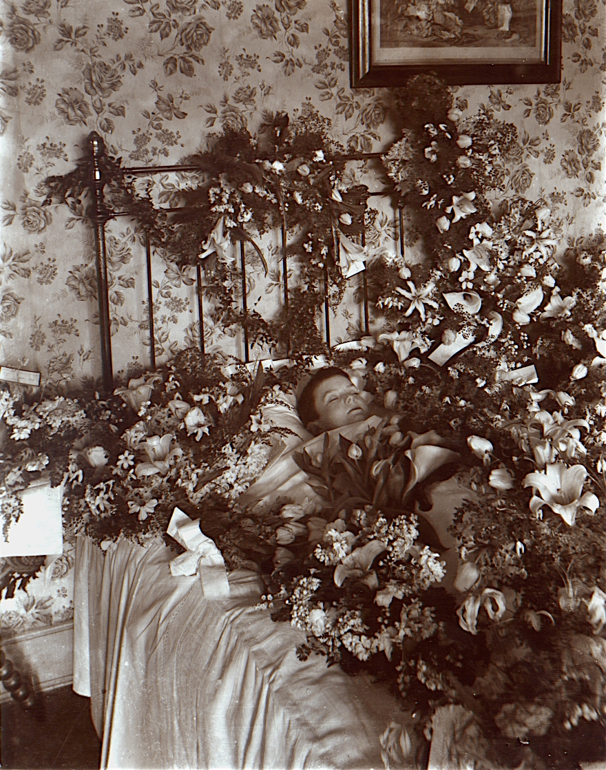 Post-mortem_photograph_of_young_child_with_flowers