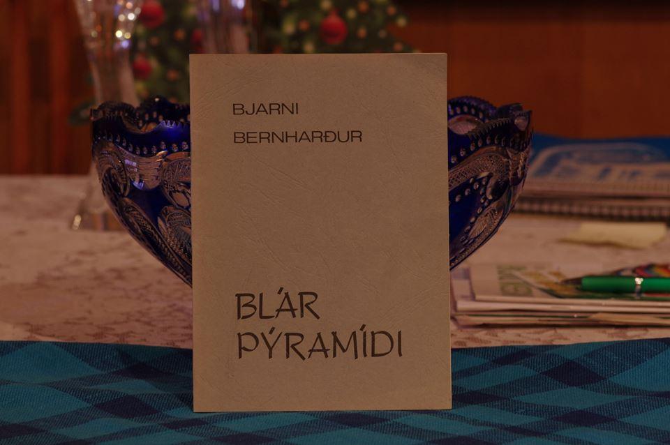 Bjarni Bernharður: Blár pýramídi.