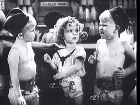 Tveir hermenn keppa um athygli Shirley með því að gefa henni sleikipinna í myndinni War Babies (1932).