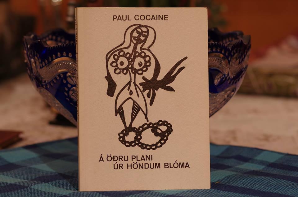 Paul Cocaine (Pálmi Örn Guðmundsson): Á öðru plani úr jöndum blóma.