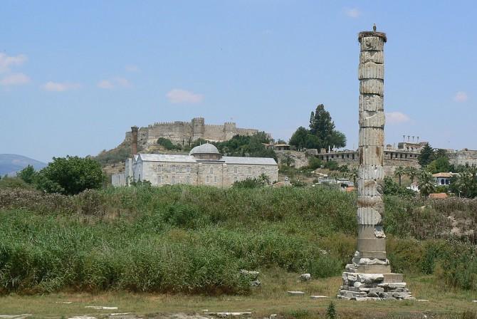 Þessi súla er nú svo gott sem allt sem eftir stendur af Artemisarhofinu í Efesos eftir ódildina í Jóhannesi.