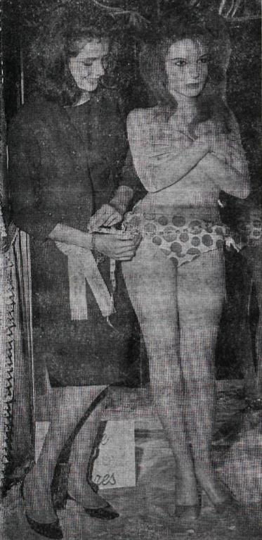 Guðrún að taka saman mál Brigitte Bardot til að bera saman við sjálfa sig á safni Madame Tussauds