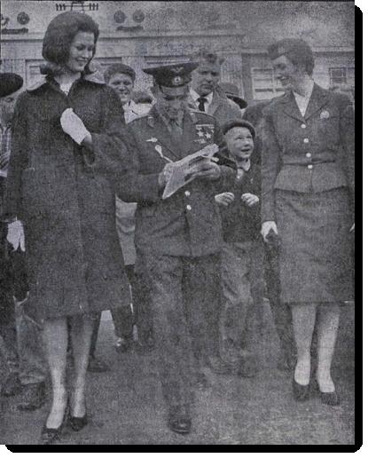 María Guðmundsdóttir og Júrí Gagarín á Keflavíkurfluvelli.
