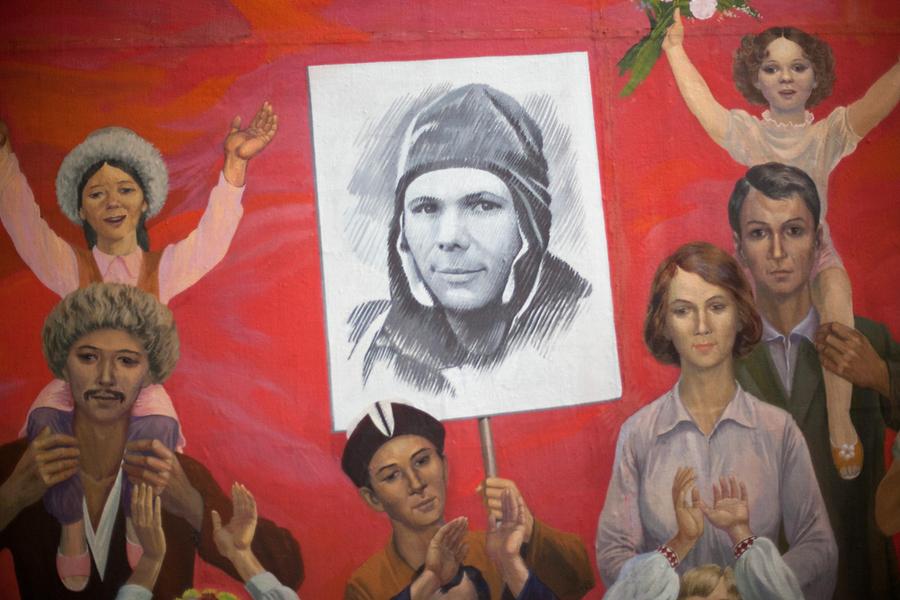 Kirgísk alþýða fagnar afrekum geimfarans Júrí Gagarín, sem var fyrstur manna út í geim.