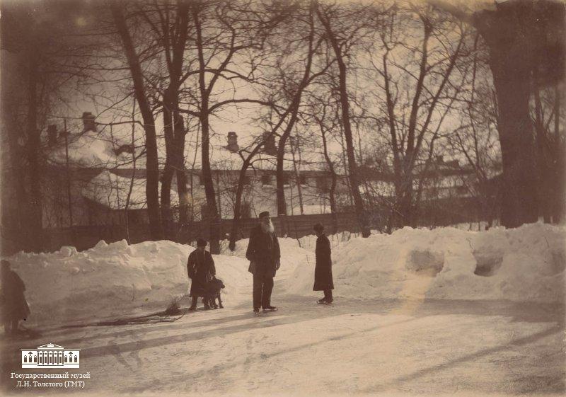 Tolstoj á skautum í Moskvu,  mars 1898.