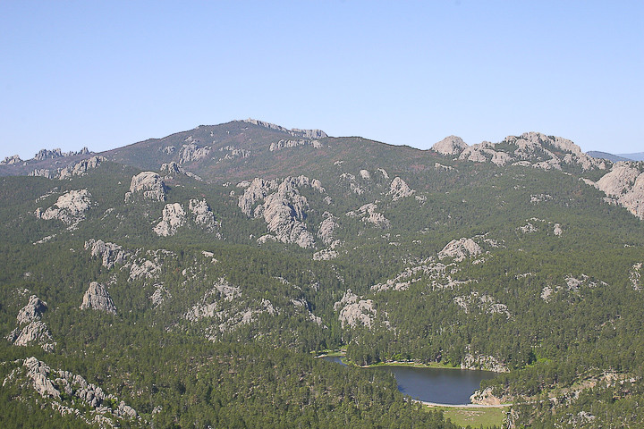 Mt. Rushmore og Crazy Horse eru bæði á svæði sem kallast Svörtu hæðir (Black hills) en um 27 km eru þó á milli þeirra. Granít er algengasta bergtegundin á svæðinu sem gerir það mjög heppilegt fyrir höggmyndir.