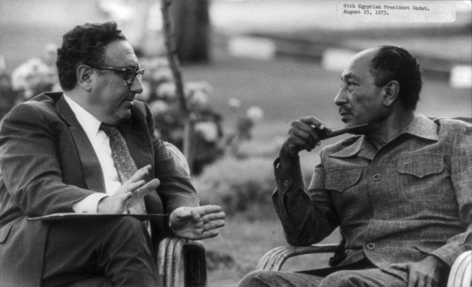 Henry_Kissinger_with_Anwar_Sadat_cph.3b13868
