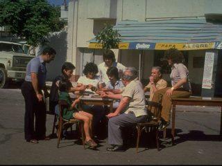 18 ára Diego Maradona spilar á spil í hverfinu, 1978