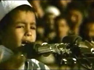 Sjö ára gamall alsírskur íslamisti ávarpar fjöldann árið 1991