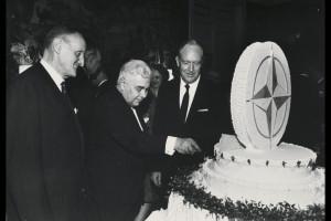 Bjarni og afmælisterta NATO 1969.