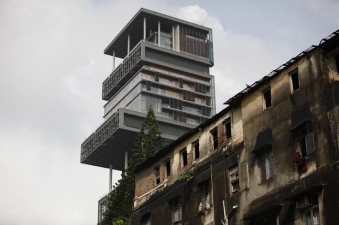 Heimsins dýrasta einbýlishús gnæfir yfir fátækrahverfin í Mumbai