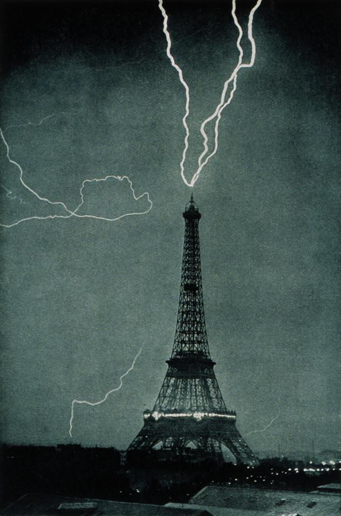 Eldingu slær niður í Eiffelturninn árið 1902