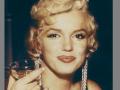 Marilyn, hugguleg með kampavínsglas.