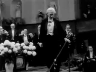 Bertrand Russell tekur við Nóbelsverðlaunum árið 1950