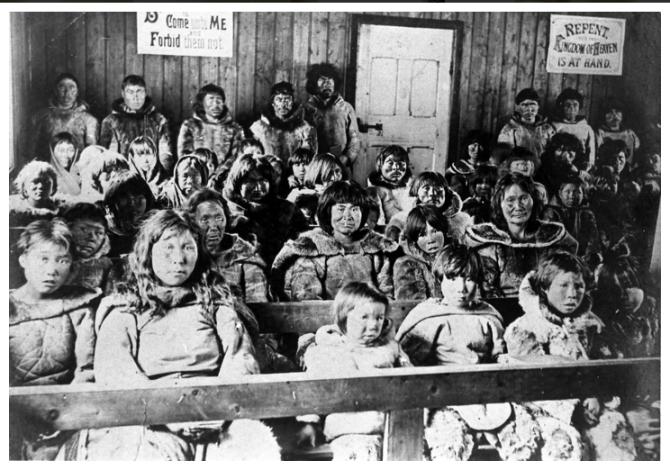 Inúítar í kirkju árið 1902